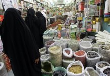 Saudi-women-shop-at-a-grocery-in-the-Souq-al-Alawi-market-in-the-old-town-of-Jeddah